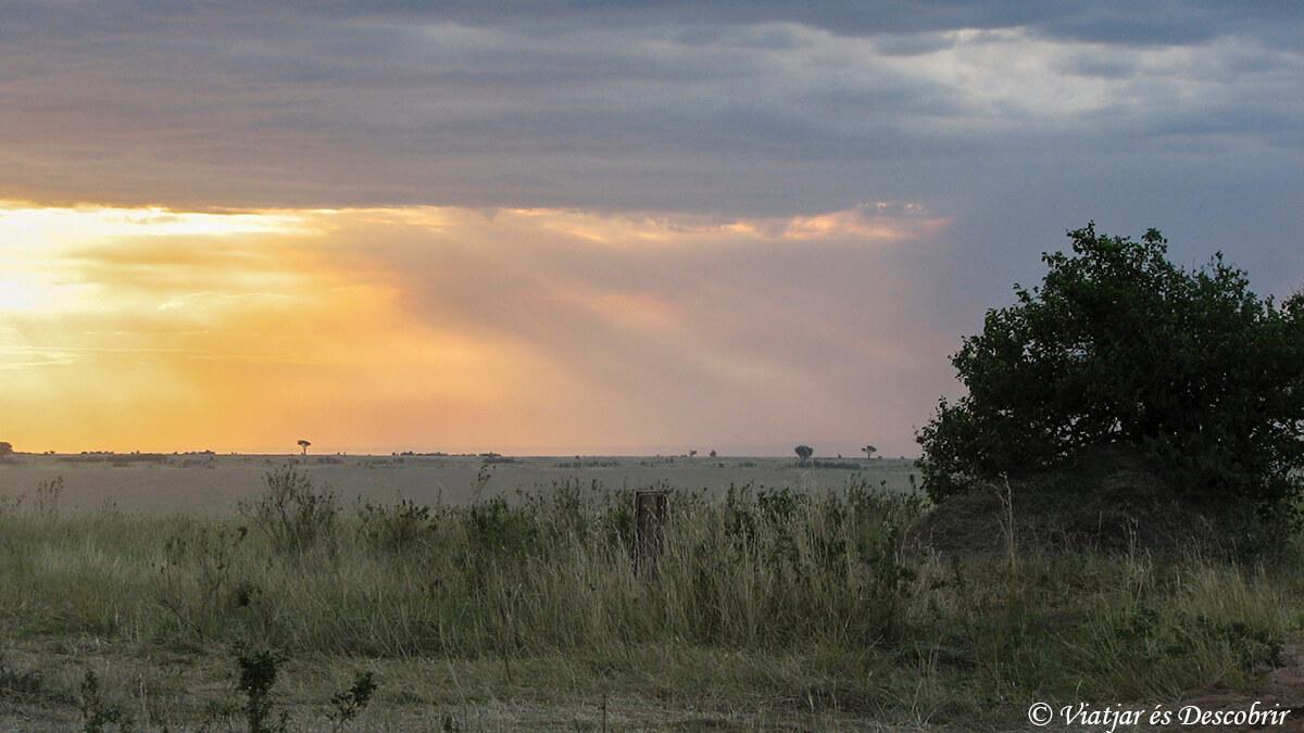 puesta de sol durante un safari en kenia