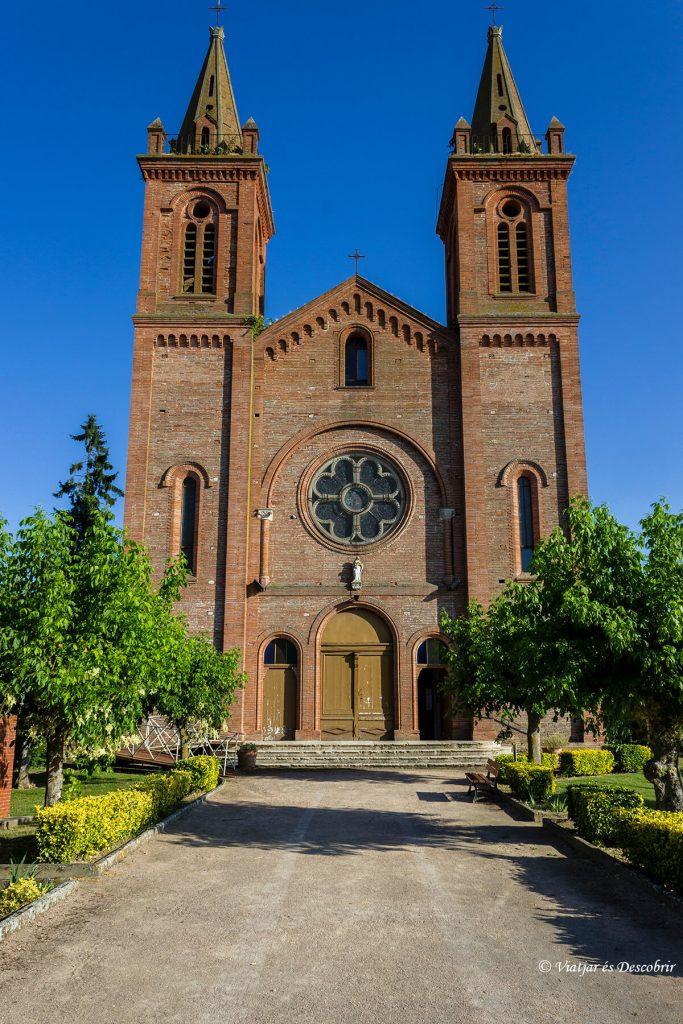 iglesia romanica montech en el canal de garona en bicicleta