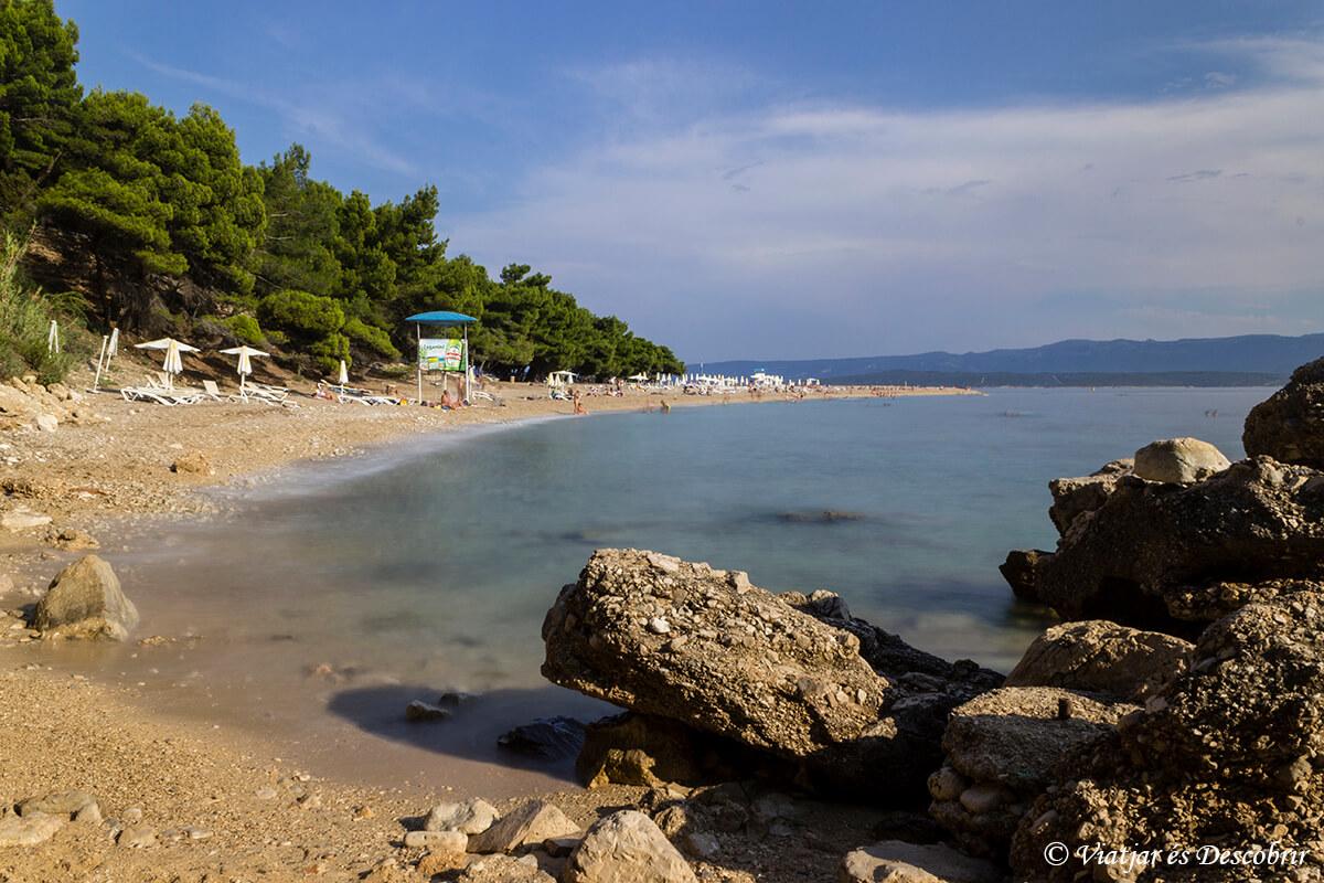 playa zlatni rat arena y rocas