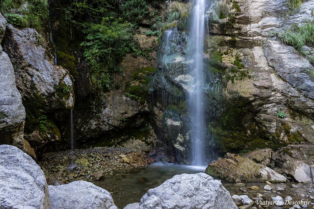 cascada beri cerca del pueblo de Tolmin