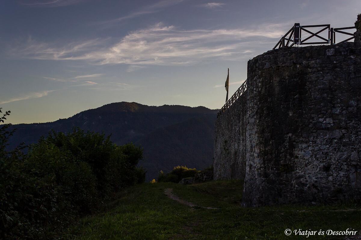 vistas del castillo de tolmin antes del atardecer