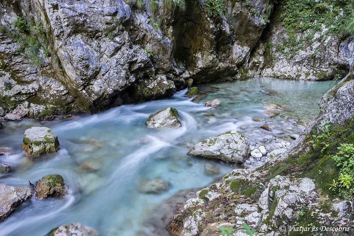 rocas y agua de las gorgas de tolmin