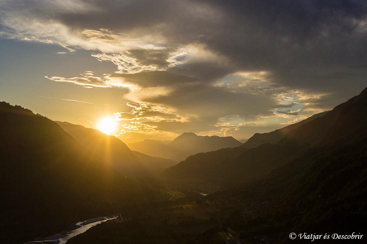 sol sobre la valle del rio soca vista desde tolmin