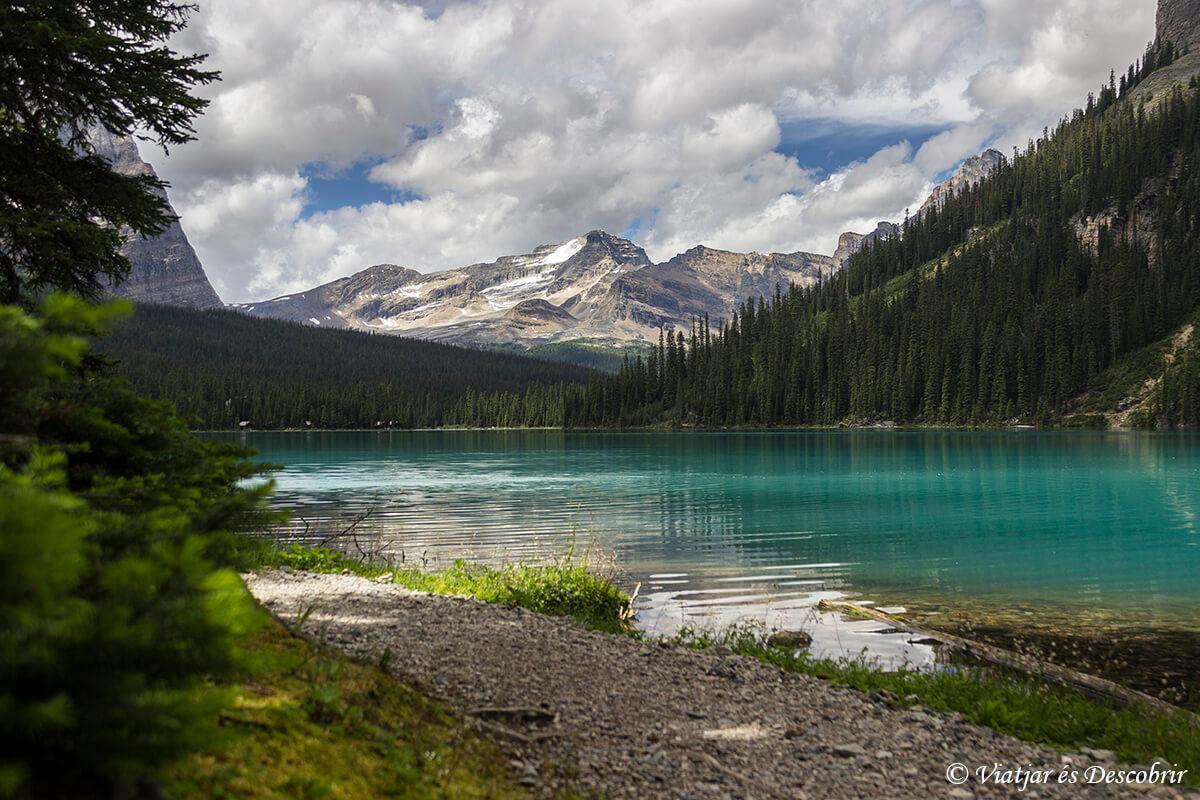 lago de agua turquesa en las montañas rocosas de canada