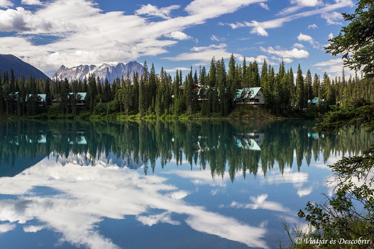 el lago emerald en las montañas rocasas de canada