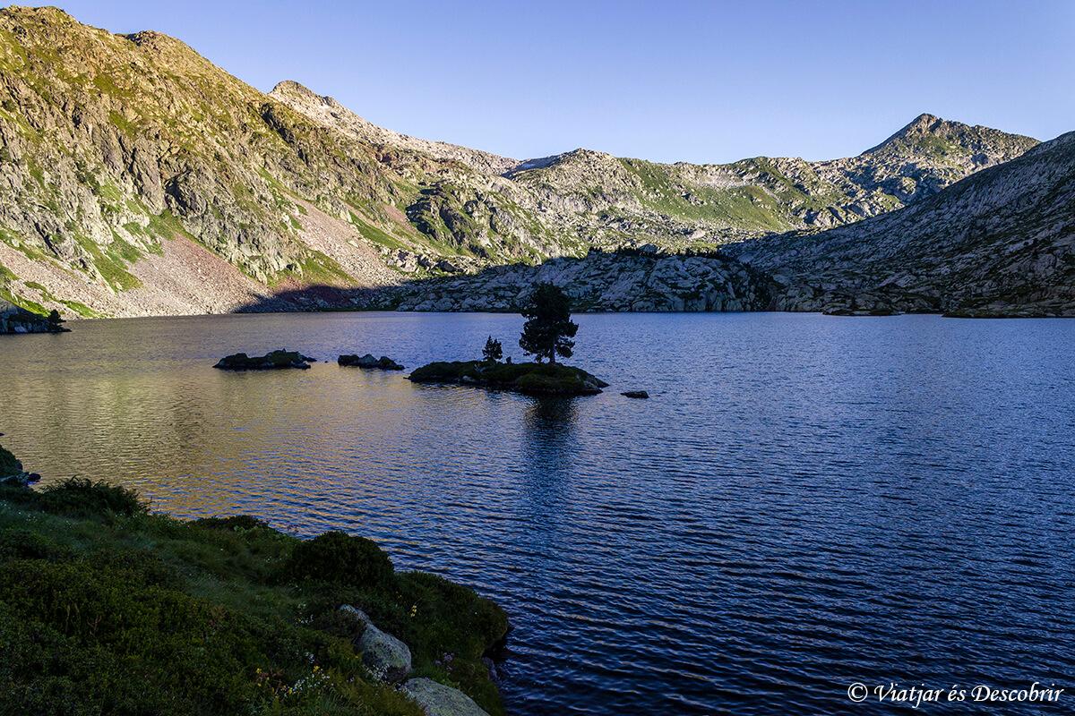 lago en el parque natural del alt pirineu