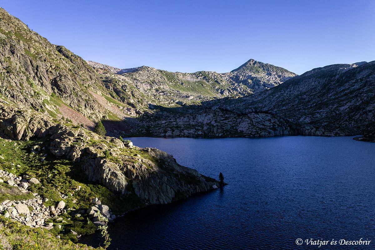 estany romedo durante el amanecer en muntanyes de llibertat