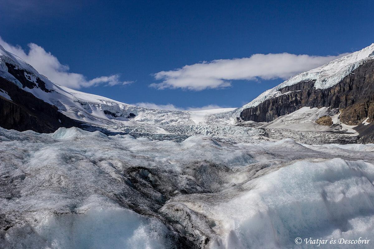 hielo del glaciar athabasca en las montañas rocosas de canada