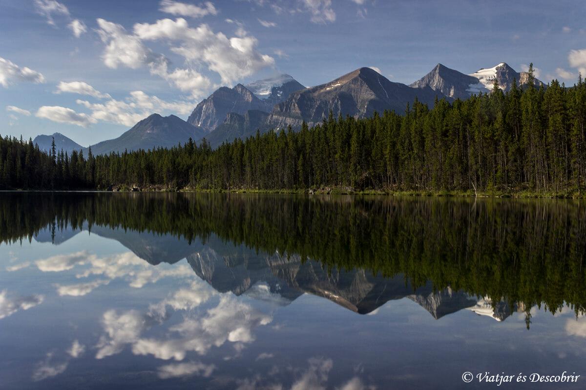 lago herbert en las montañas rocasas de canada