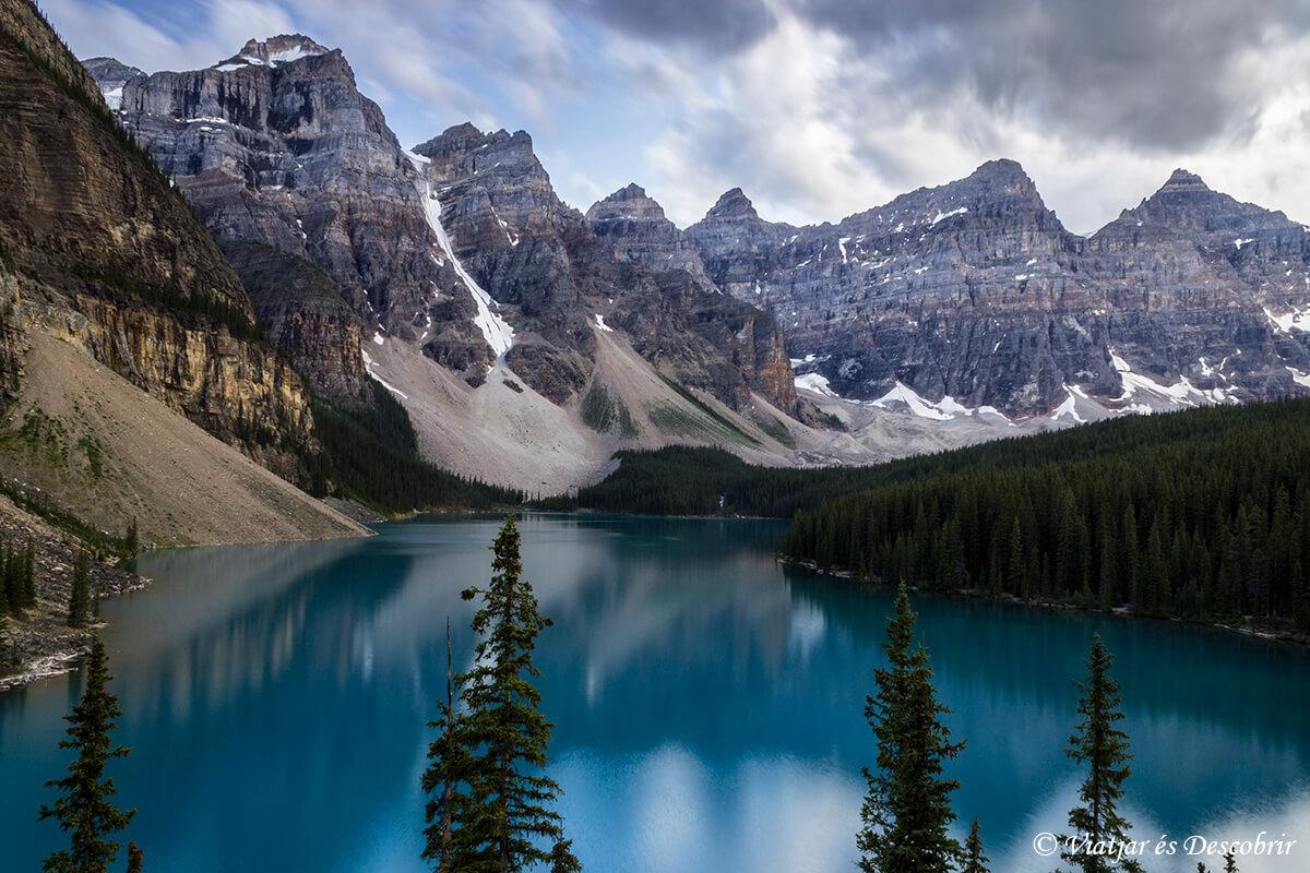 lago moraine en las montañas rocasas del canada