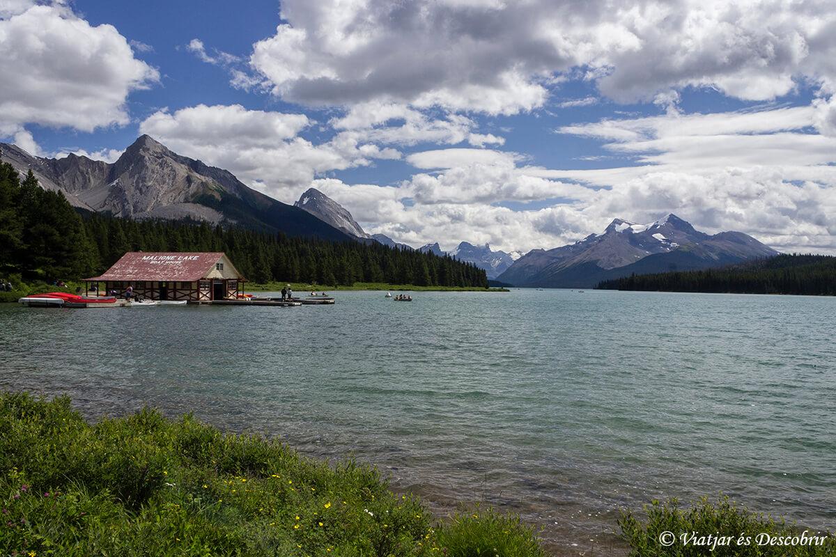el lago maligne en canada en las montañas rocosas