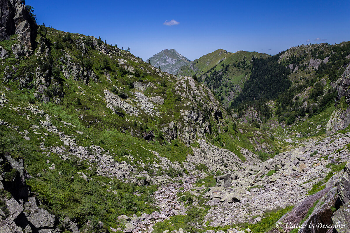trekking muntanyes de lliberat paisaje de rocas y arbustos