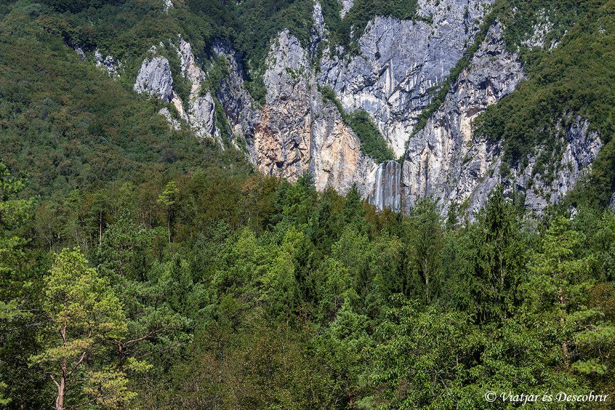 cascada boka desde la lejania en la valle del rio soca