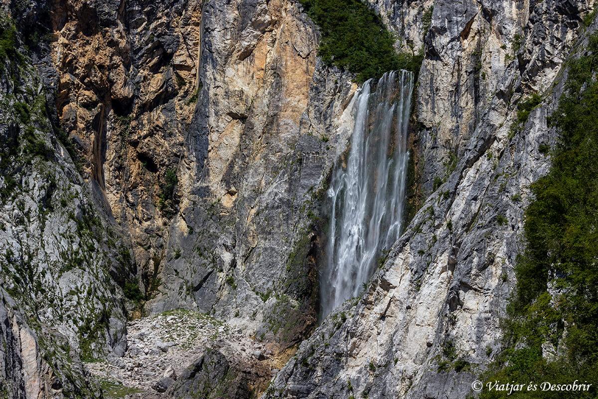 vista panoramica de la cascada boka en la valle del rio soca de eslovenia