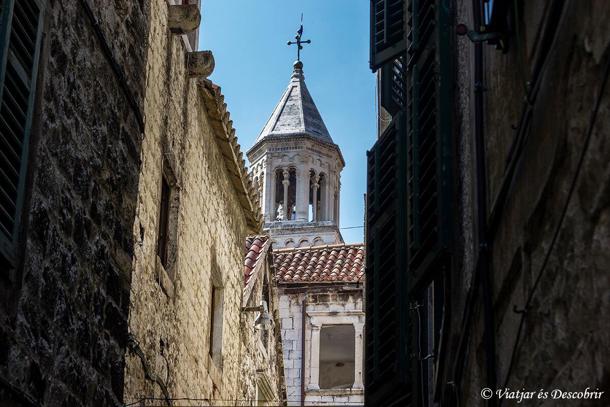 la catedral de split desde una callejuela