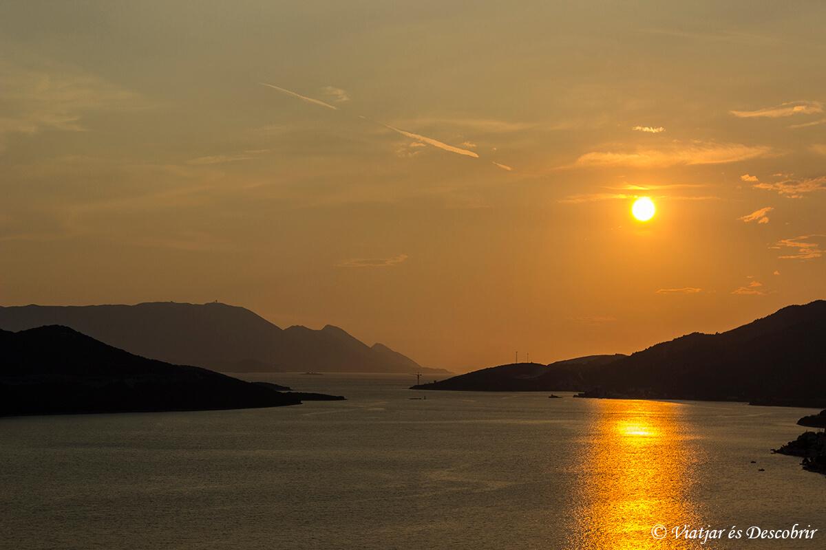 puesta de sol sobre el mar adriatico