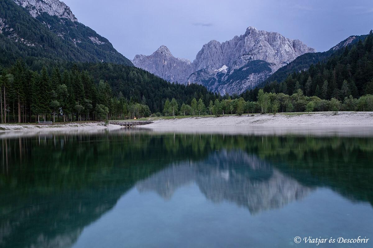 lago con las montañas reflejas en el norte de eslovenia