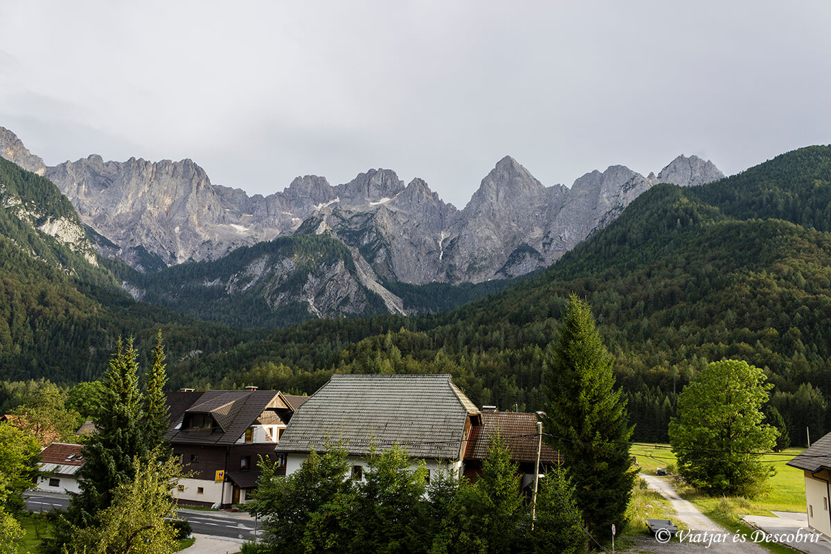 montañas que rodean el pueblo kranjska gora