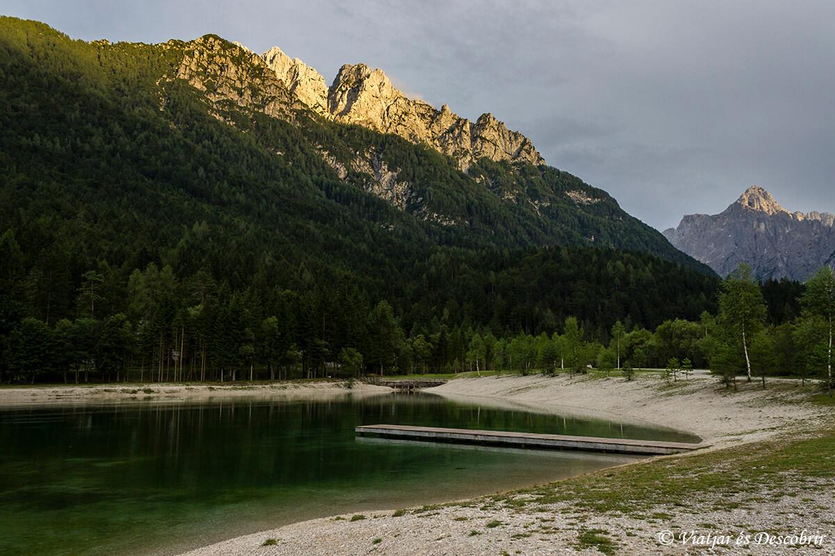 lago en el centro de kranjska gora