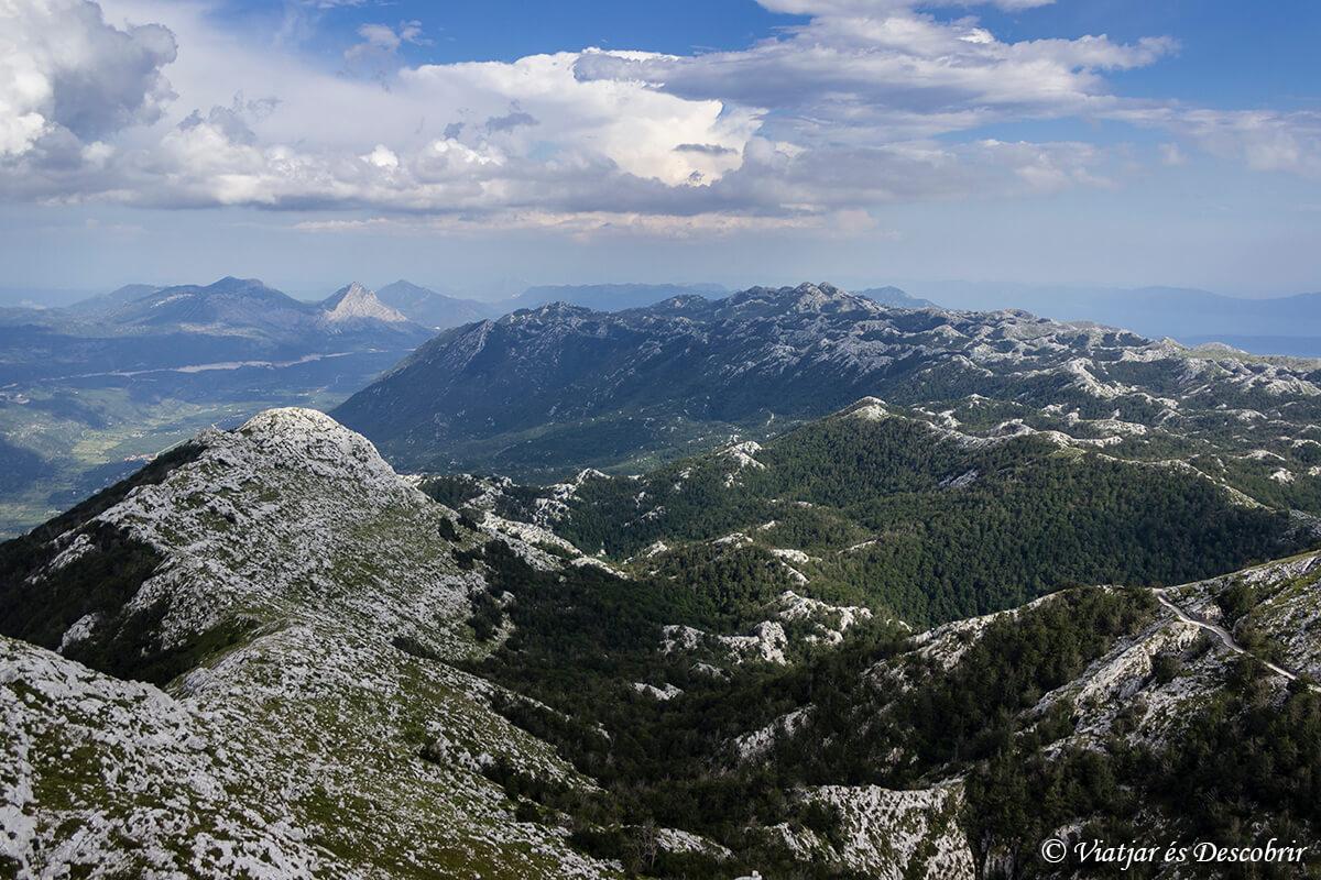 montañas del parque biokovo en croacia
