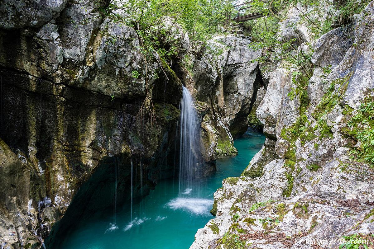cascadas a lo largo del soca river trail en el valle del rio soca