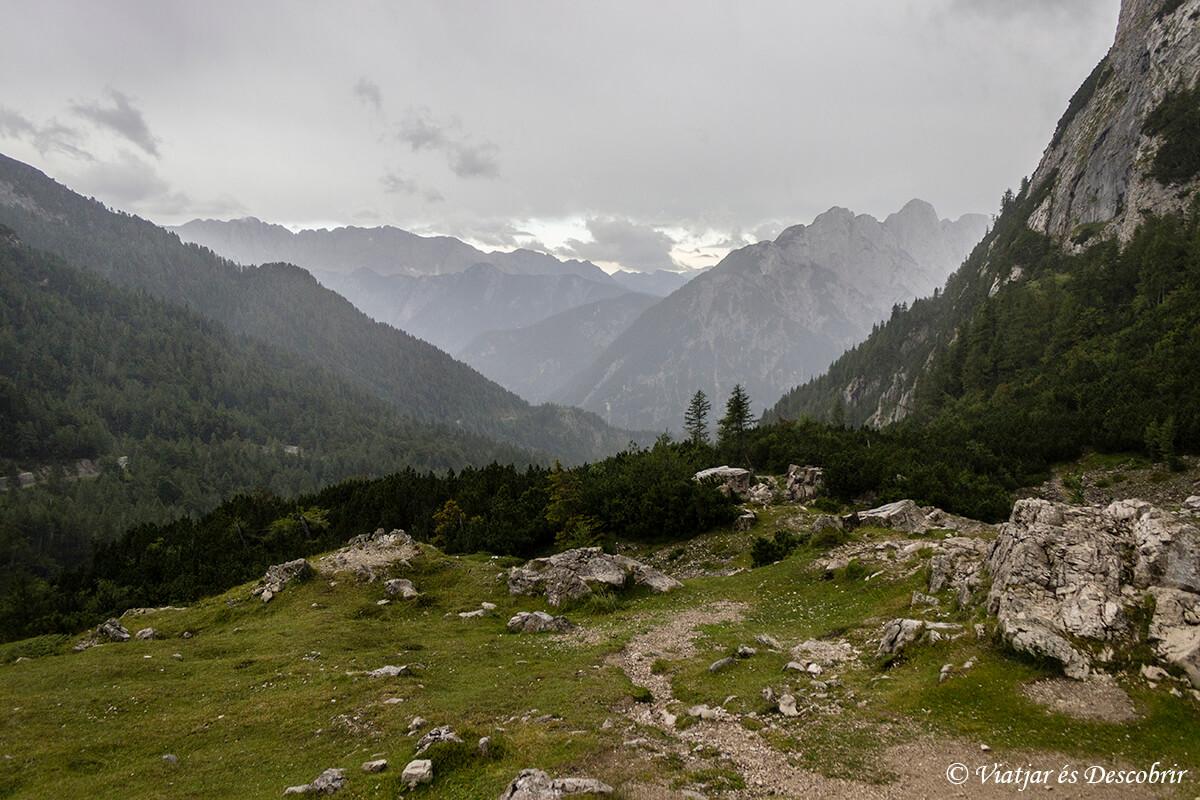 vista panoramica des del vrnic pass en un dia de lluvia