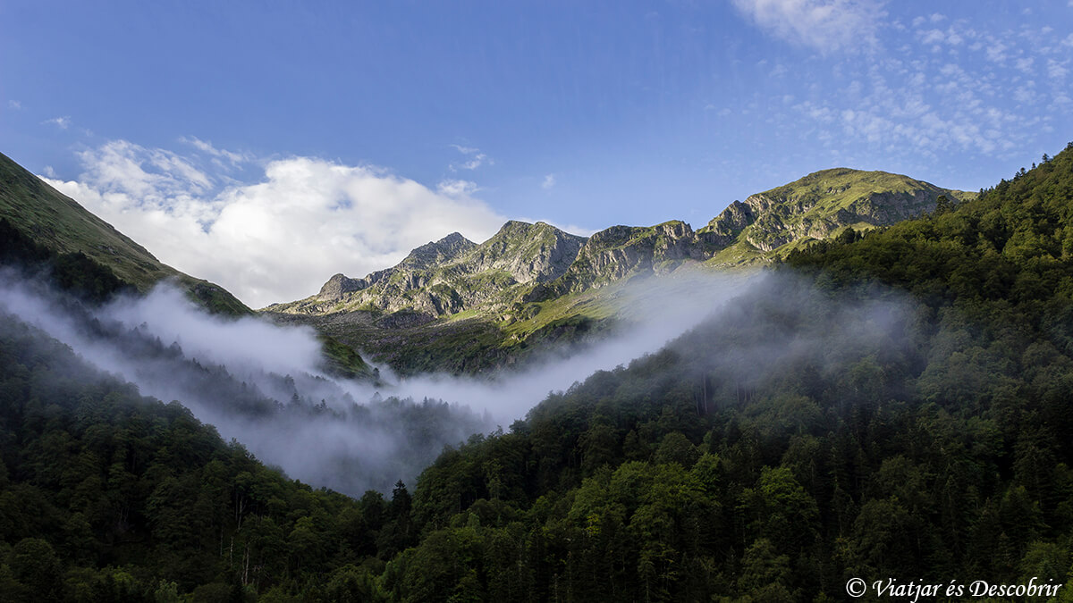 niebla durante un trekking por los pirineos