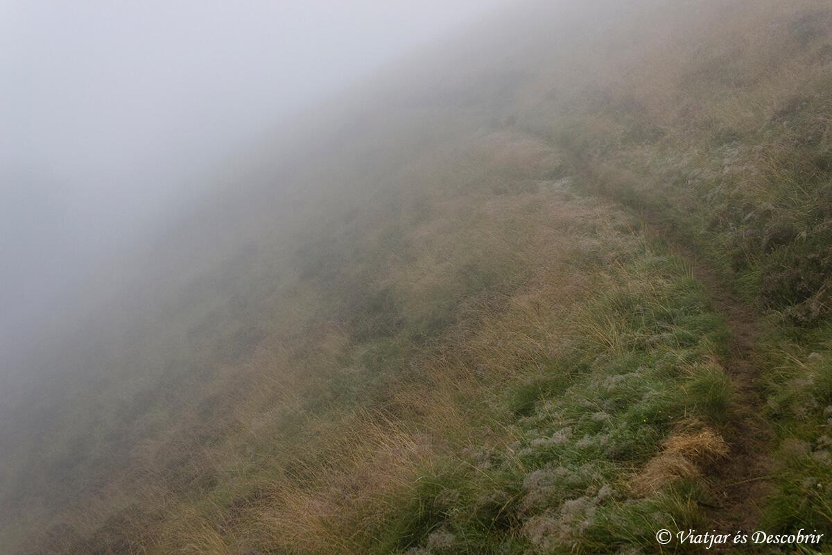 paisaje de niebla en la tercera etapa de muntanyes de llibertat