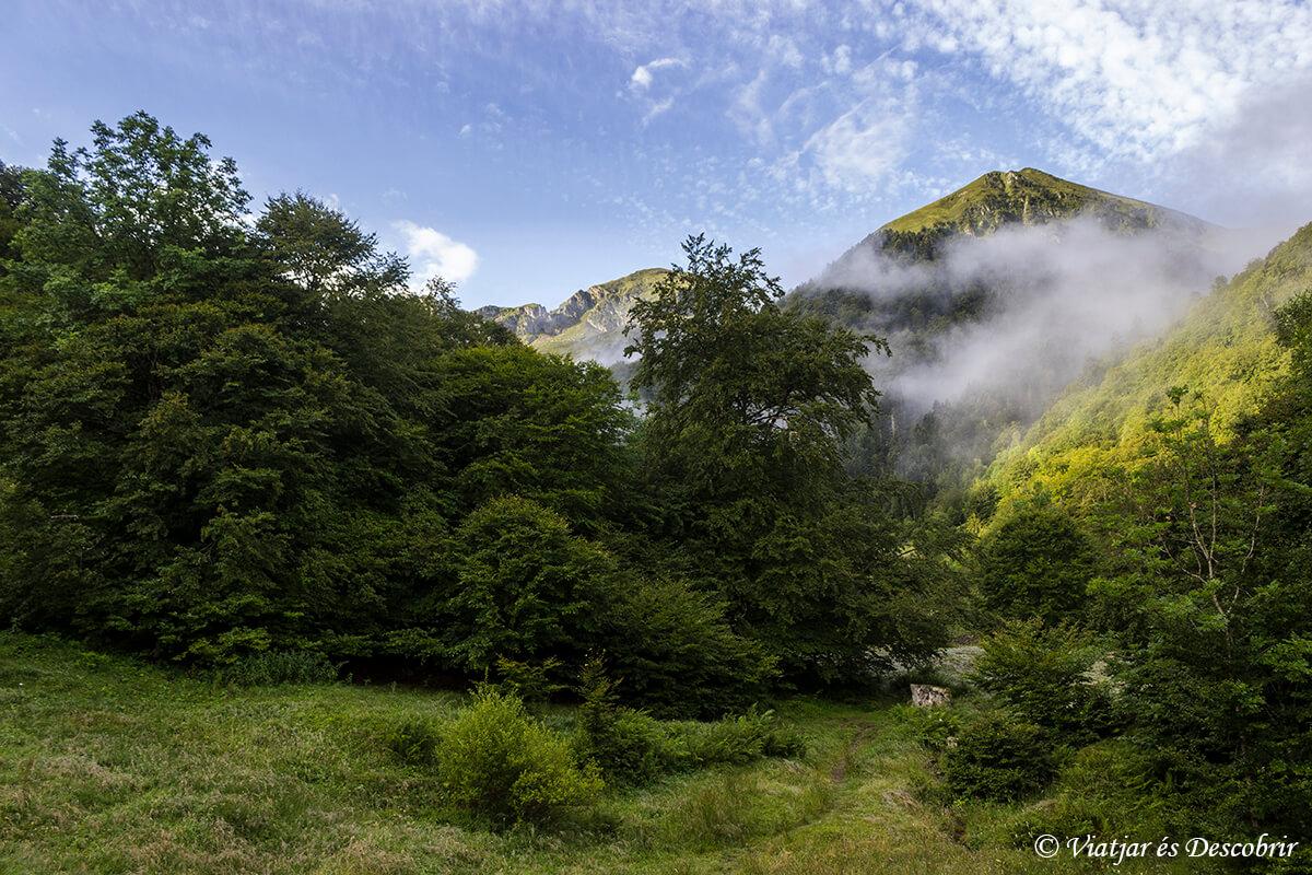 niebla y montañas durante la tercera etapa de muntanyes de llibertat