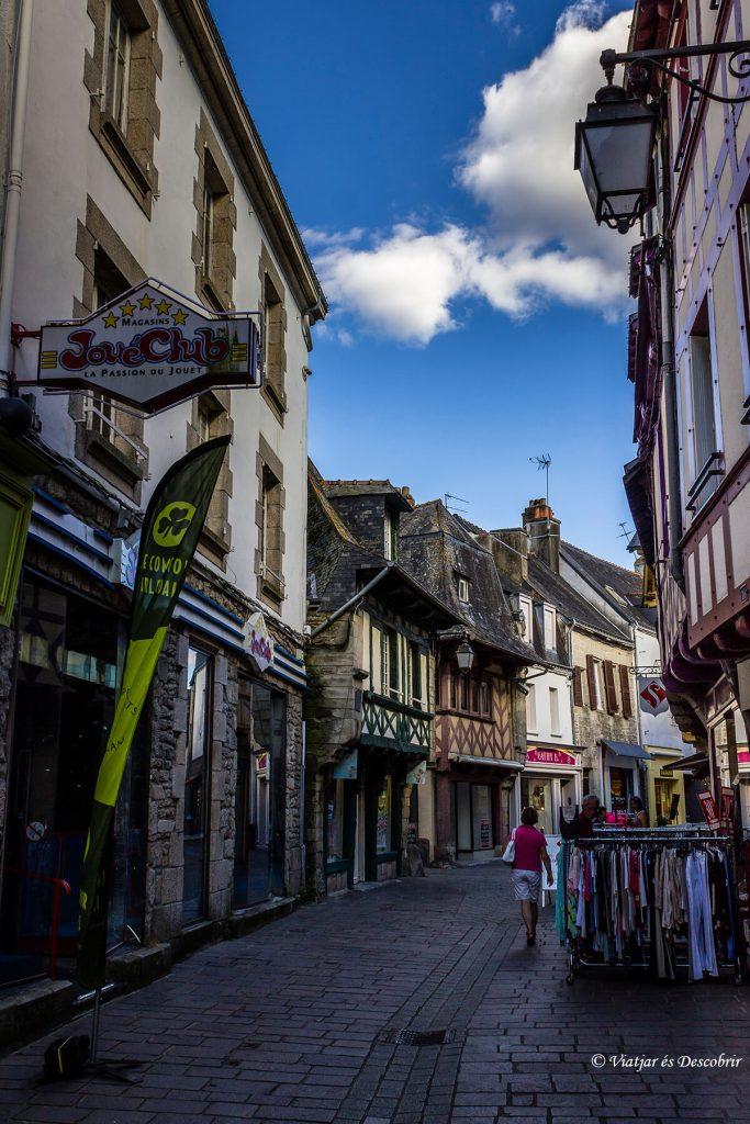 callejuelas del pueblo medieval pontivy en la bretaña francesa