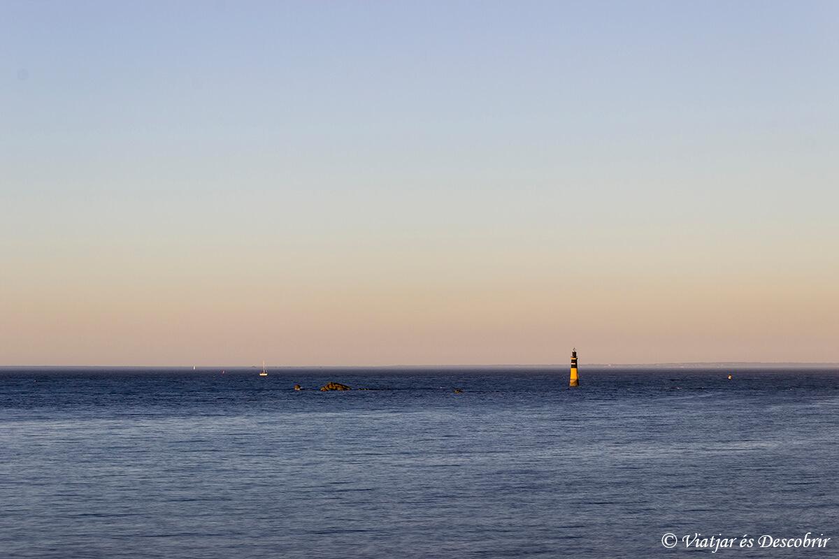un faro solitario en la costa de la bretaña francesa