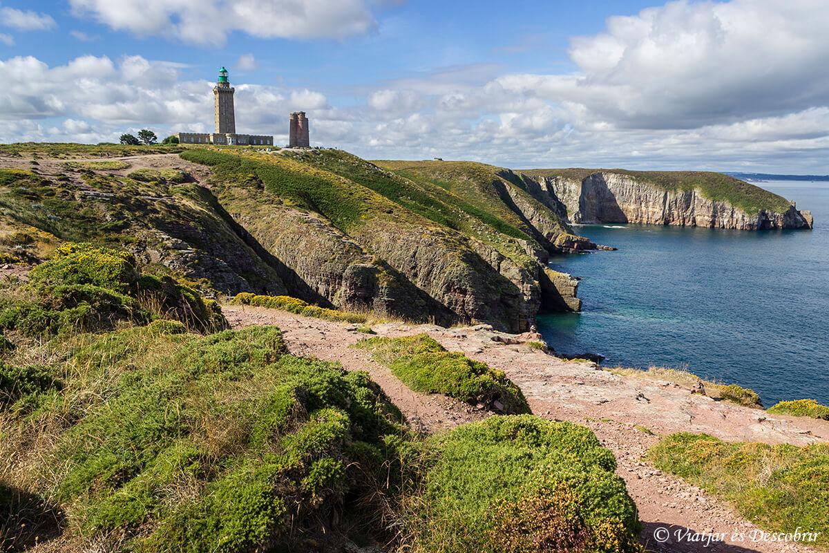 el faro del cabo frehel en la costa de la bretaña francesa