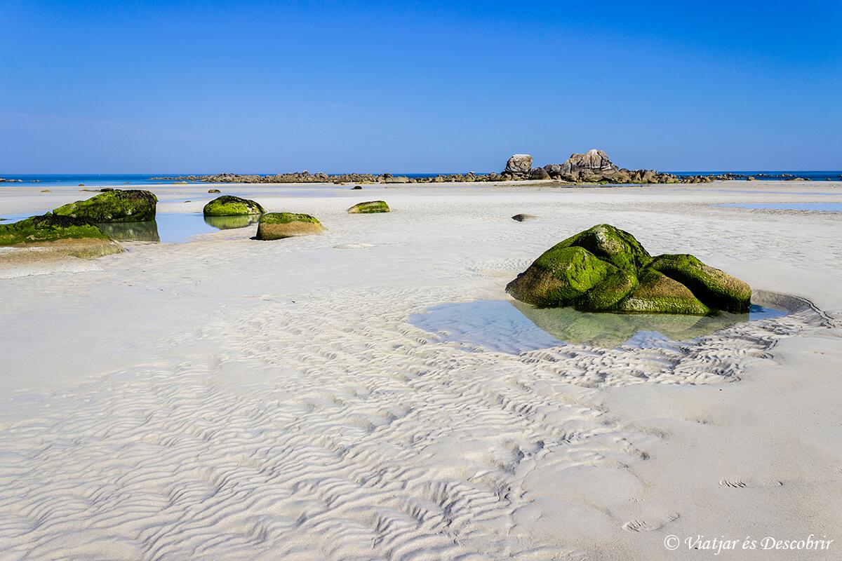 playa con la marea en la bretaña francesa