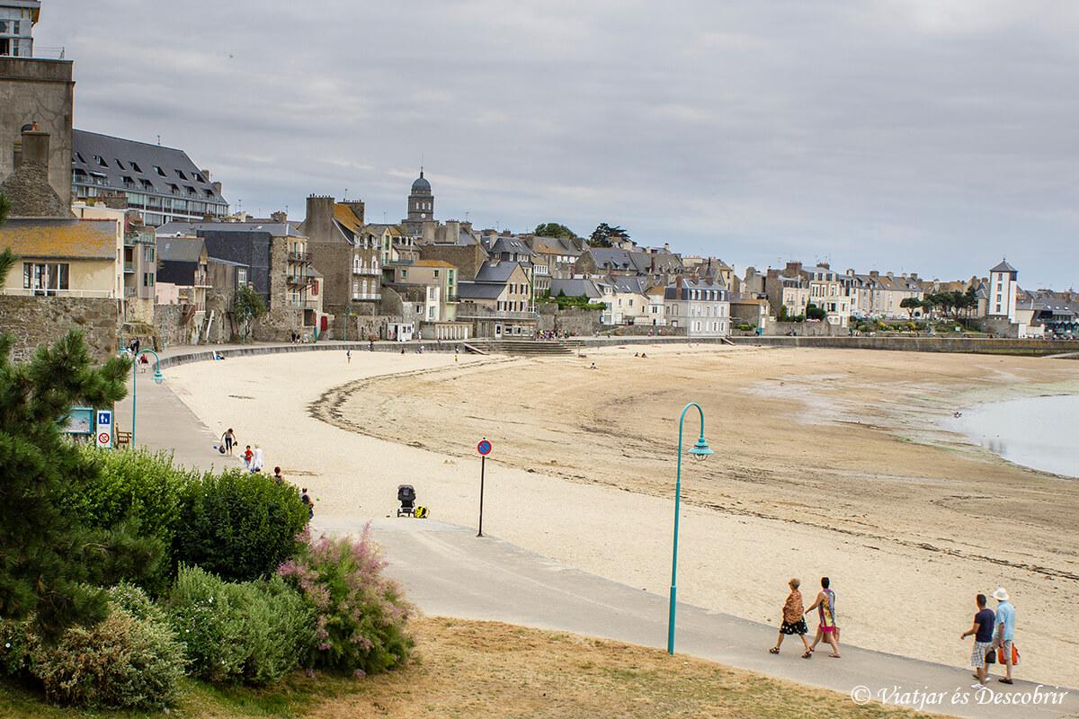 playa y paseo maritimo de saint malo en la bretaña francesa