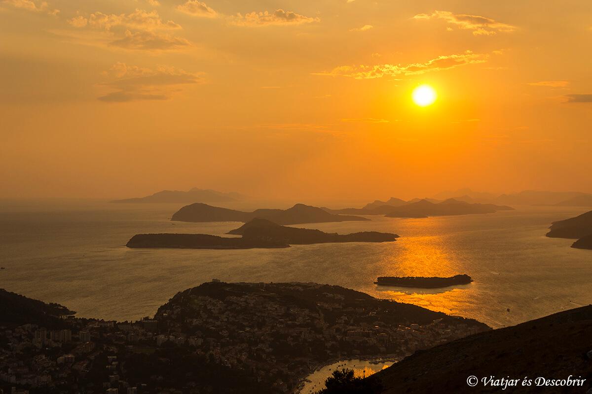 puesta de sol sobre islas adriaticas cercanas a dubrovnik
