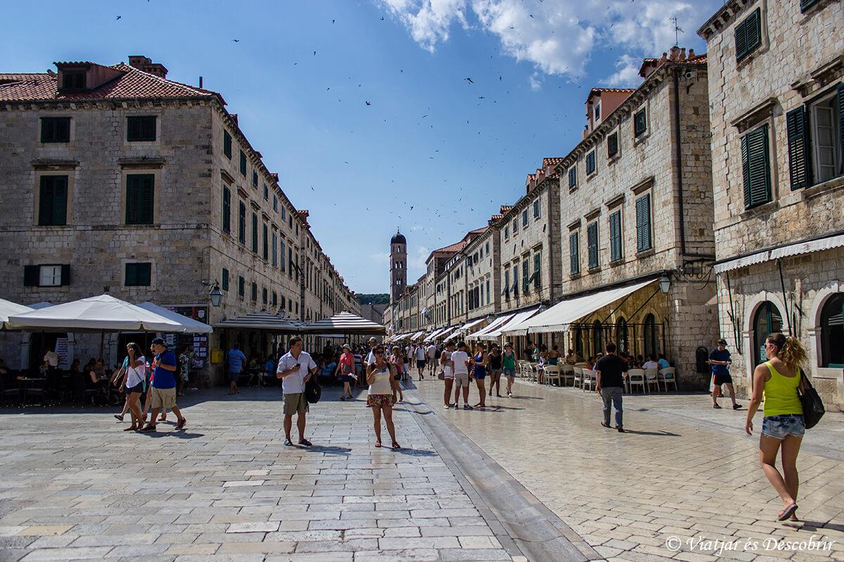 el stadun de dubrovnik con gente paseando
