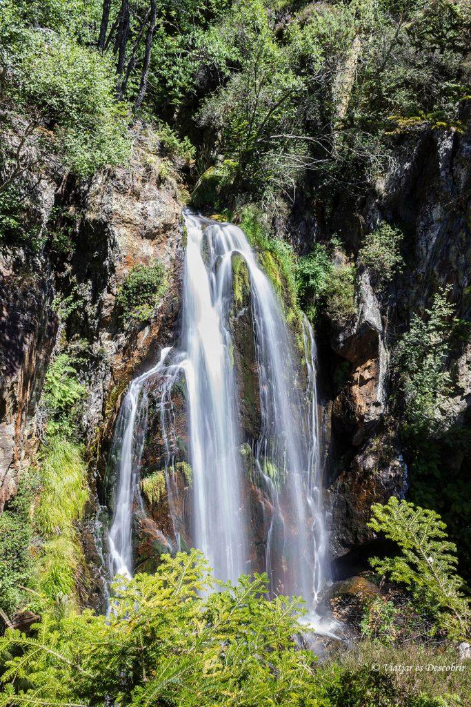 cascada noarre al final de muntanyes de llibertat
