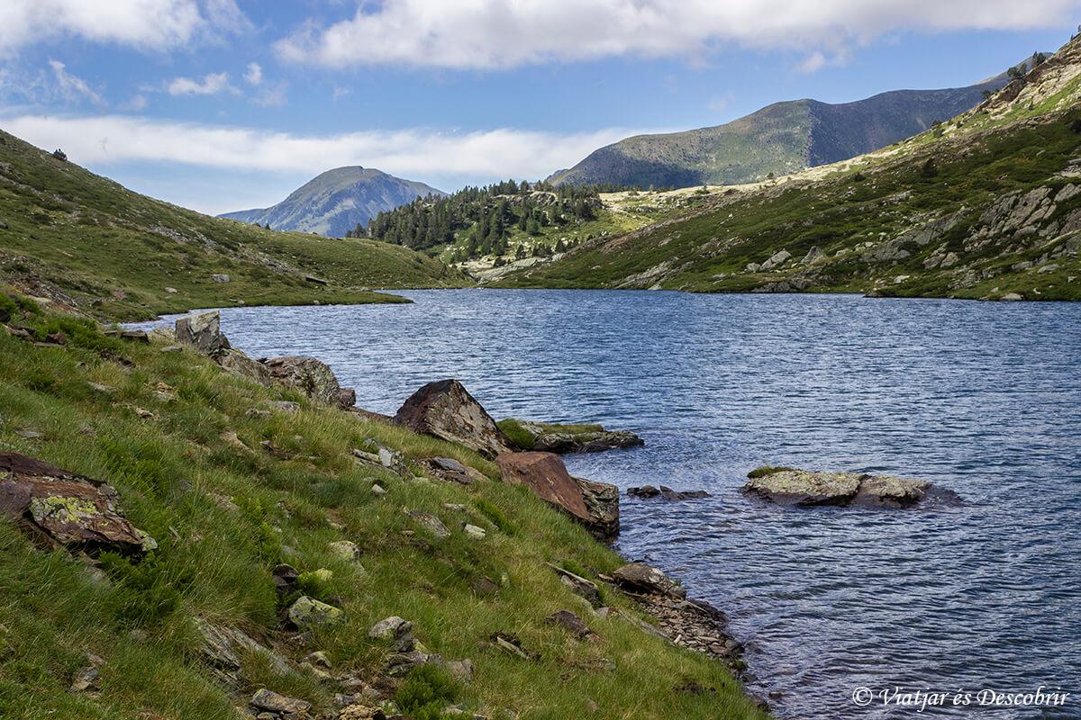 caminando frente un lago del alt pirineu durante muntanyes de llibertat