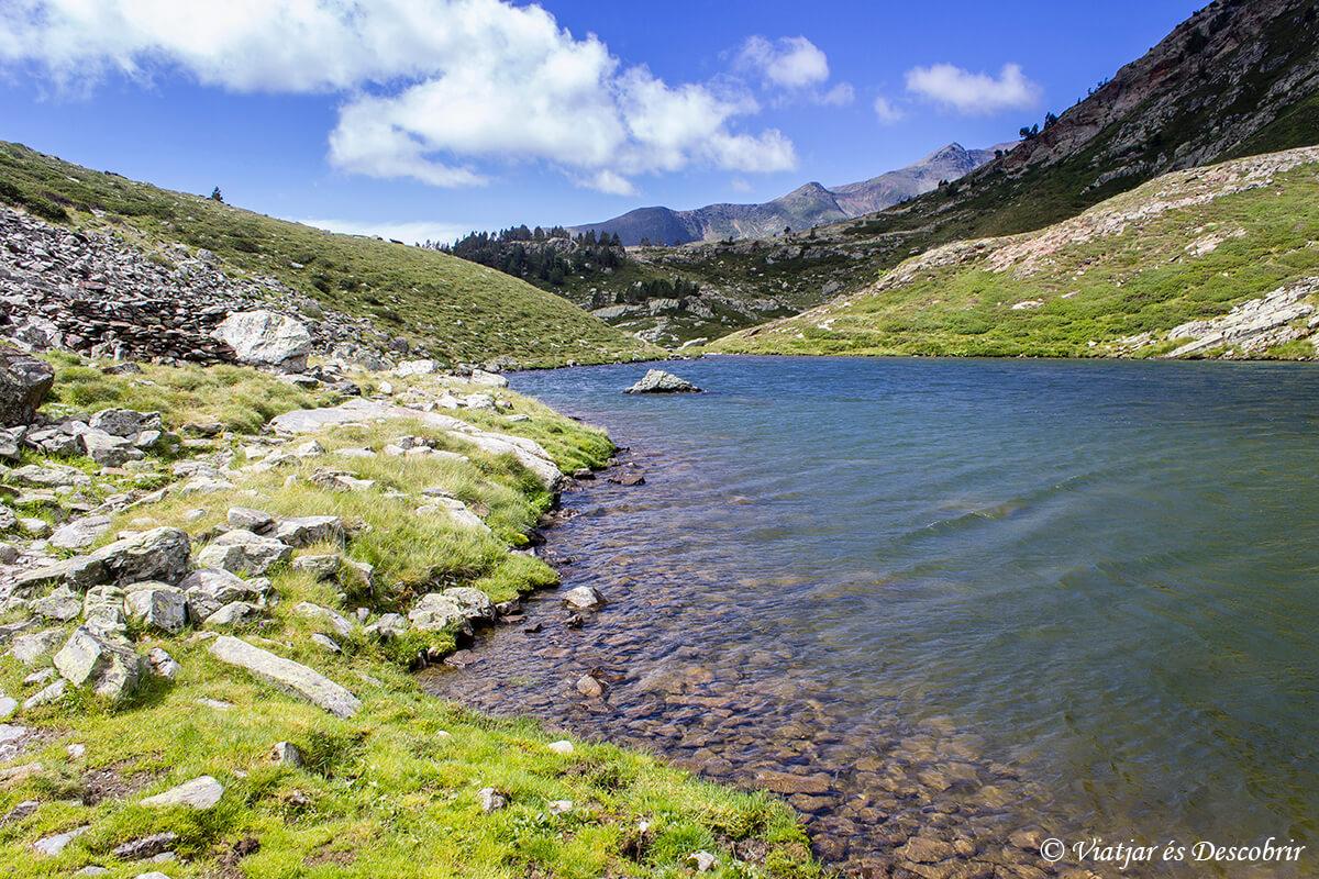 lago y hierba en los pirineos catalanes