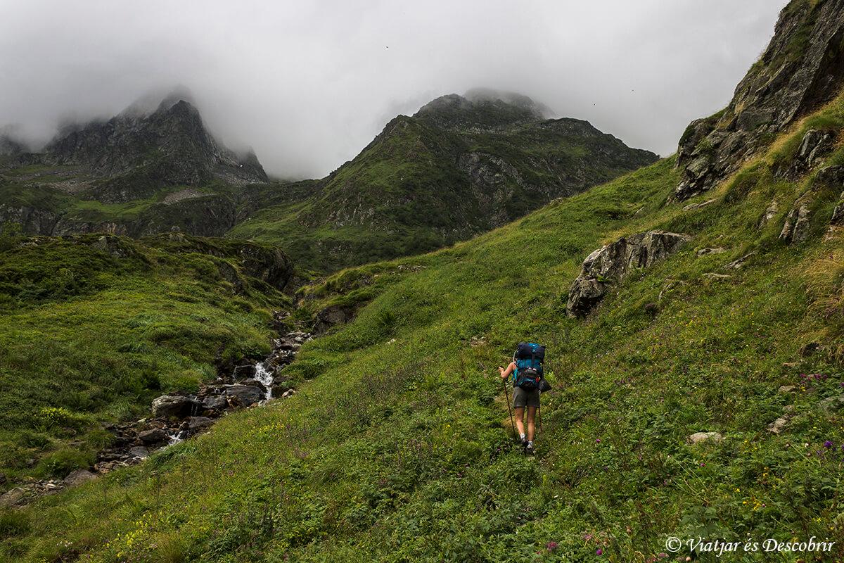 caminando por el pirineo frances cerca del purto de tavascan con niebla