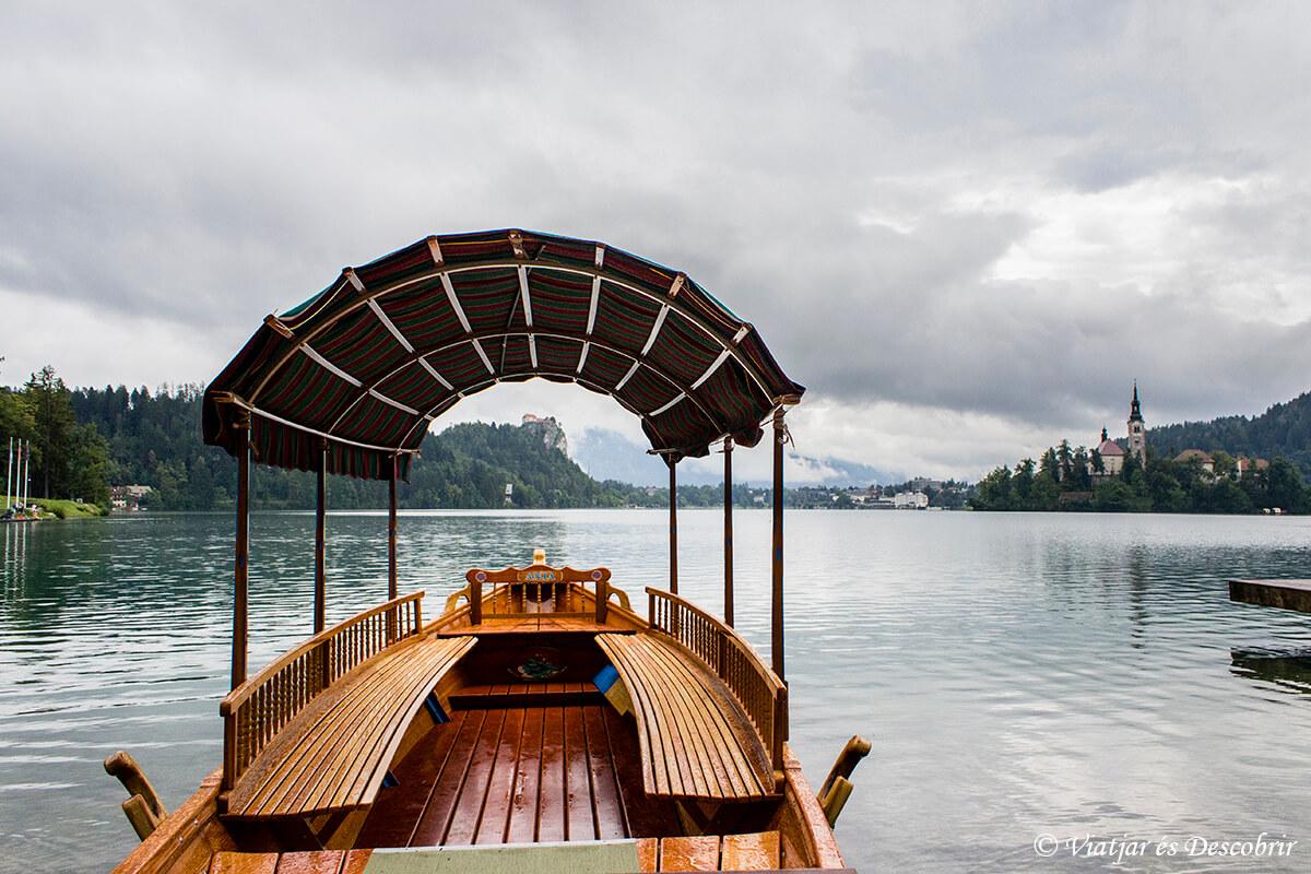barca tipica del lago bled
