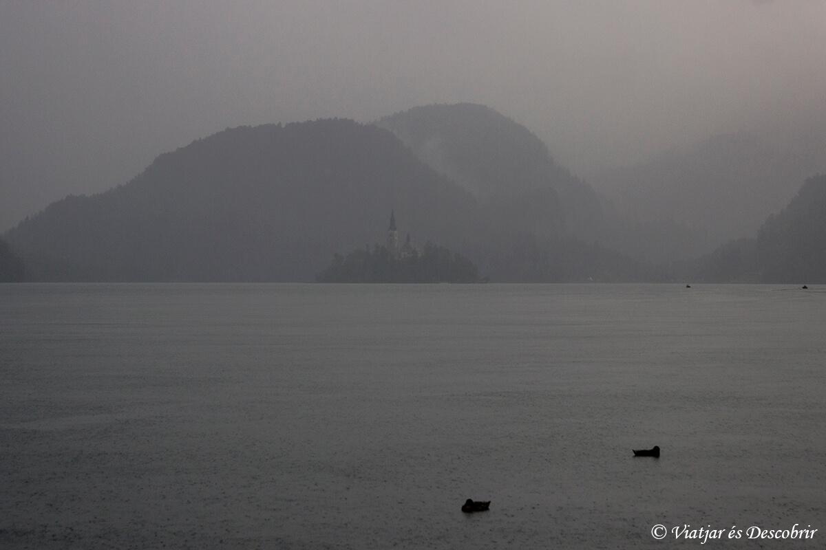 lago bled escondido tras la niebla