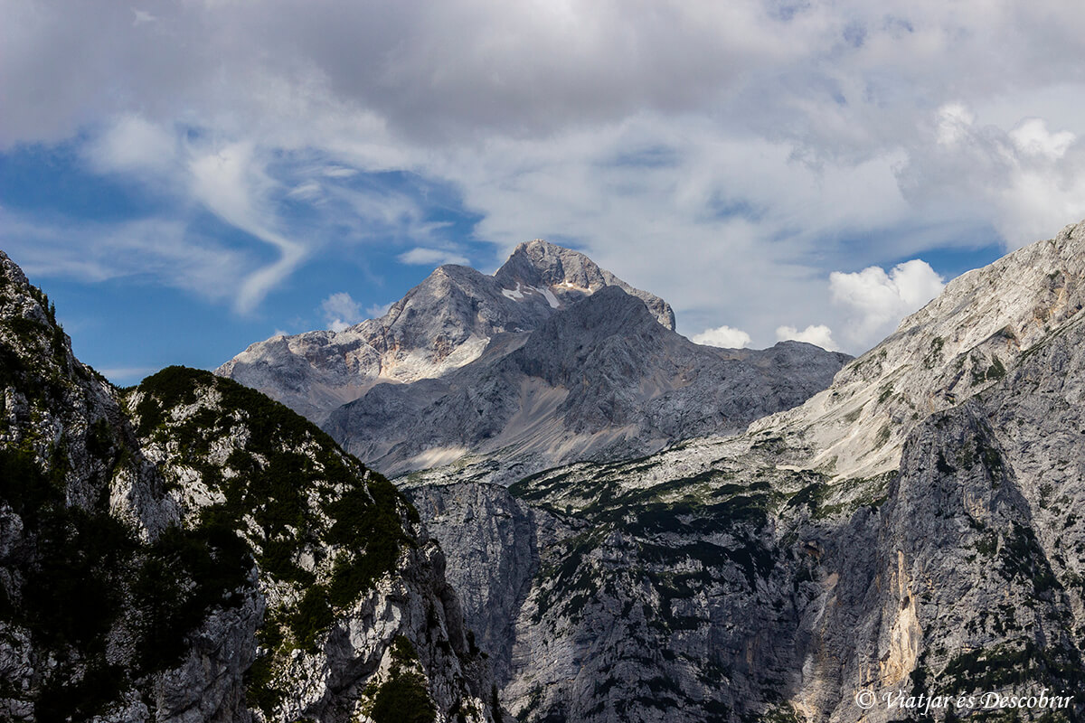 pico triglav entre montañas cerca del lago bled
