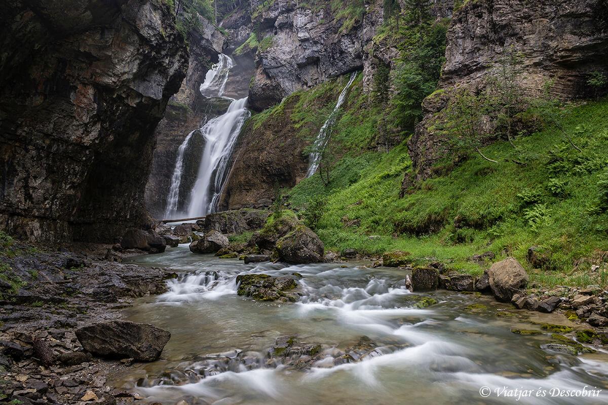 cascada estrecho durante la ascension al monte perdido en ordesa
