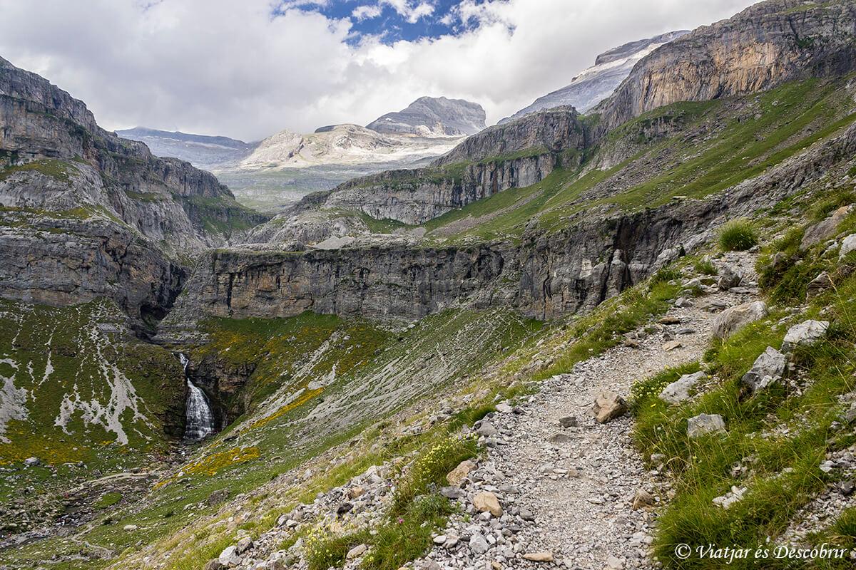 panoramica de la cascada de la cola de caballo y el monte perdido en el horizonte