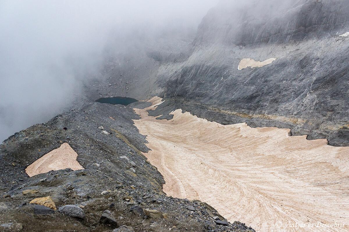 el lago helado del parque nacional de ordesa y monte perdido