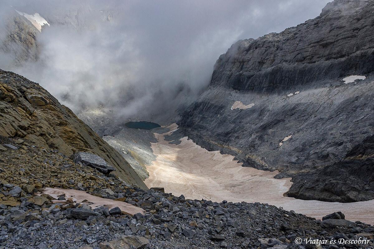 vistas del lago helado durante la bajada desde monte perdido