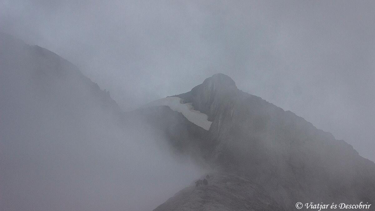 cima del monte perdido tapada por la niebla