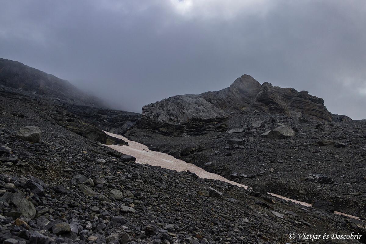 paisaje rocoso durante la excursion de dos días para ascender al monte perdido