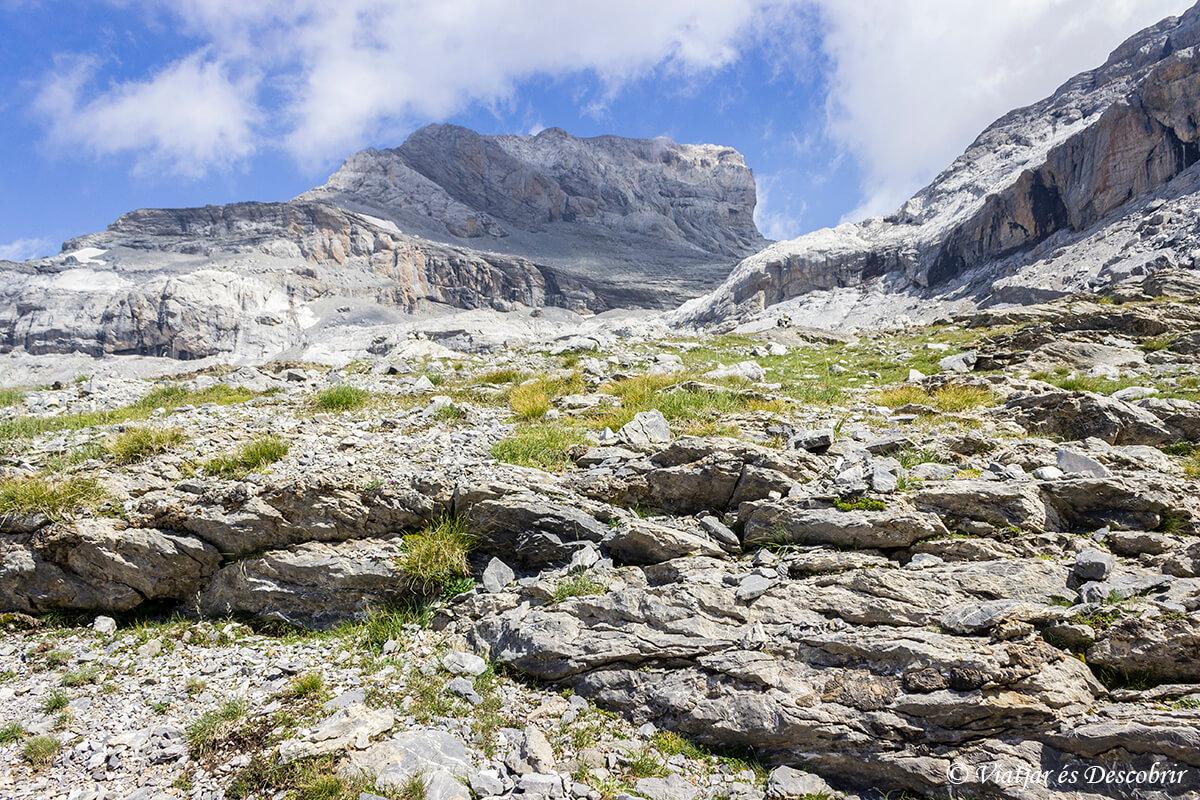 trekking para ascender al monte perdido en ordesa entre rocas